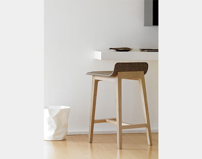 ALKI Low back stool - seat in fabric / leatherの写真